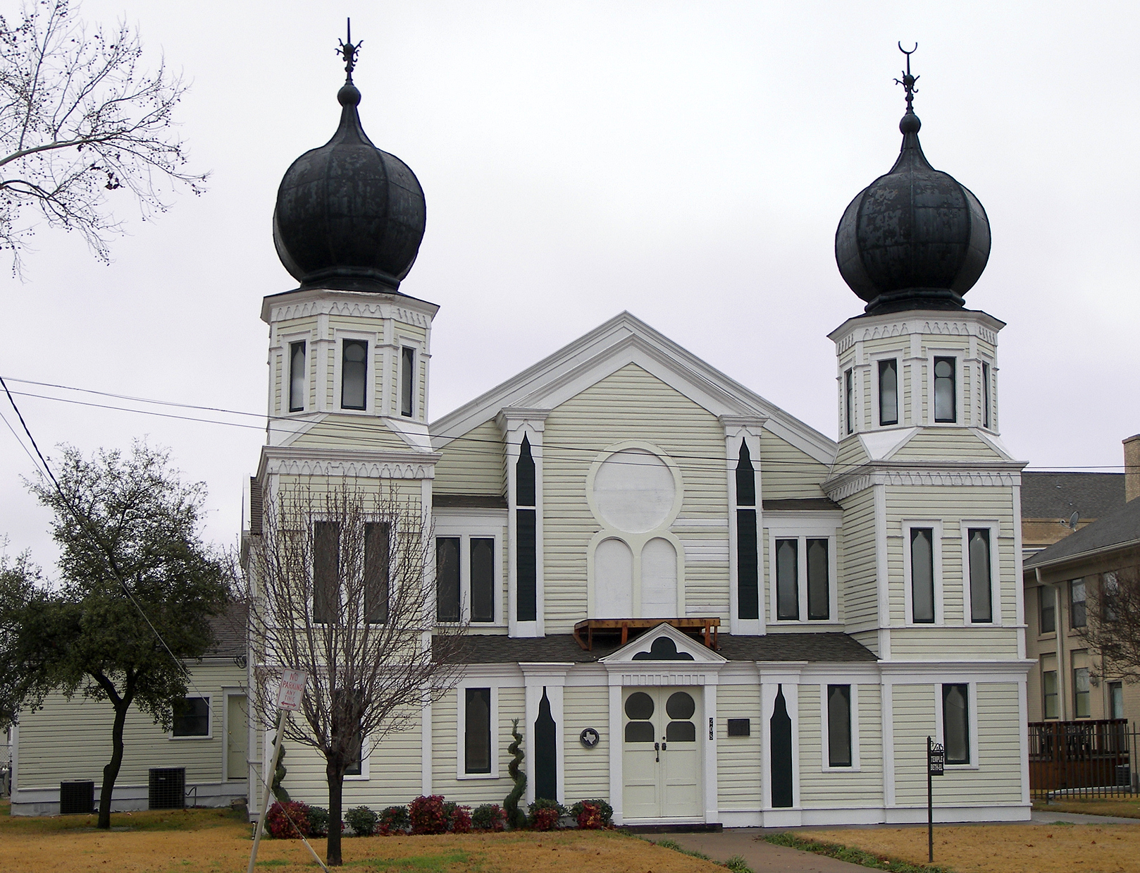 Temple Beth-El was built in 1900 and is a striking reminder of Corsicana's once thriving Jewish community of the first half of the 20th century.