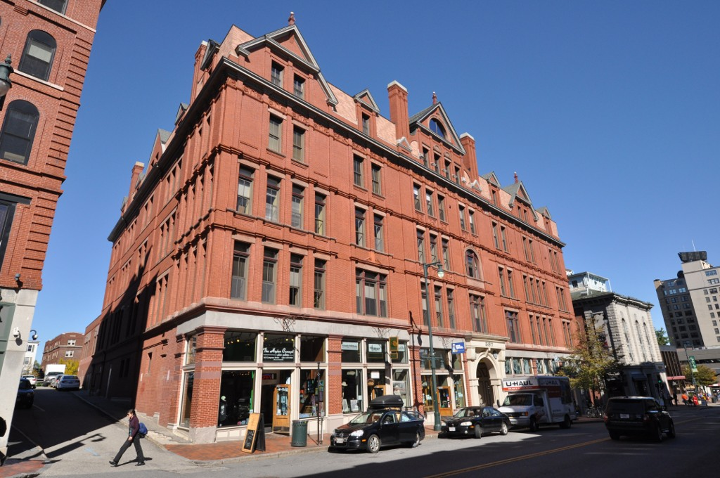 The J.B. Brown Memorial Block in 2013 by user MagicPiano at Wikimedia, Creative Commons Photo