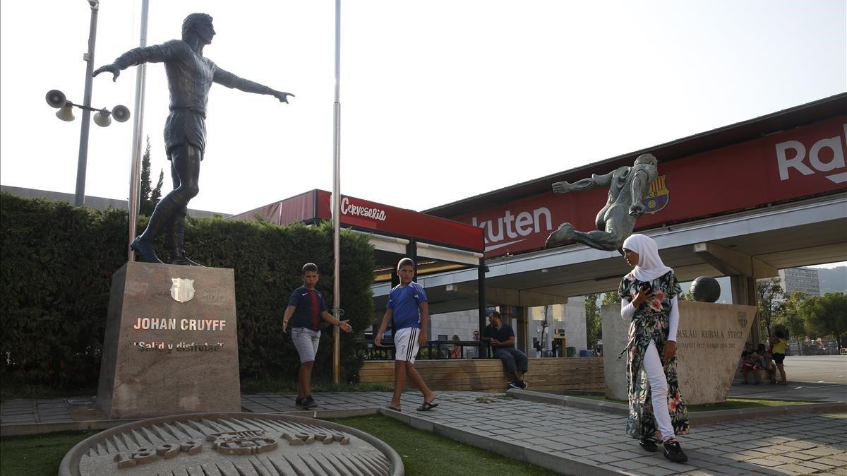 Staue of Johan Cruyff nexto to the statue of Kubala