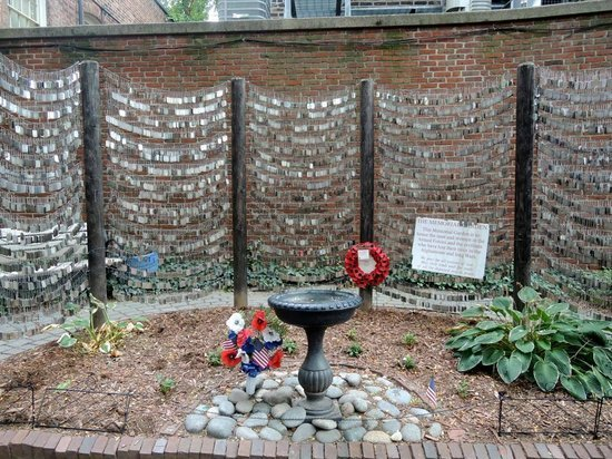 Frontal view of the memorial in the Old North Church Memorial Gardens