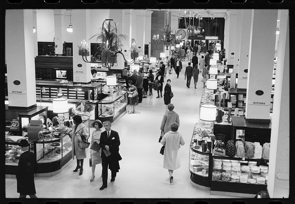 Monday night shoppers in 1965. Photo by Warren K. Leffler, Library of Congress.