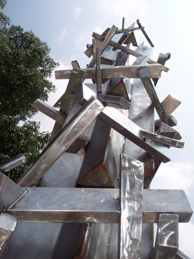 "The memorial's pillar after being restored in 2006 and the rusted ""barbed wire"" had been removed and replaced."
