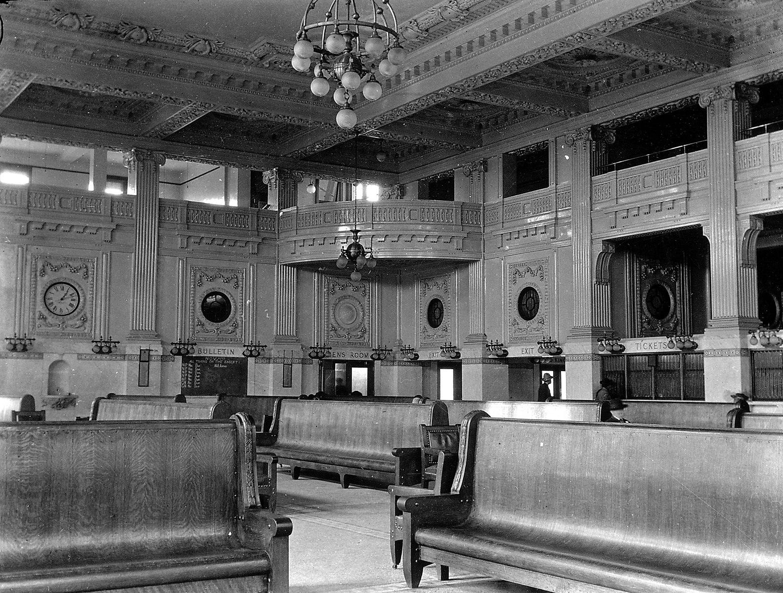 Balcony that looks over the main waiting area at King Street Station, 1907