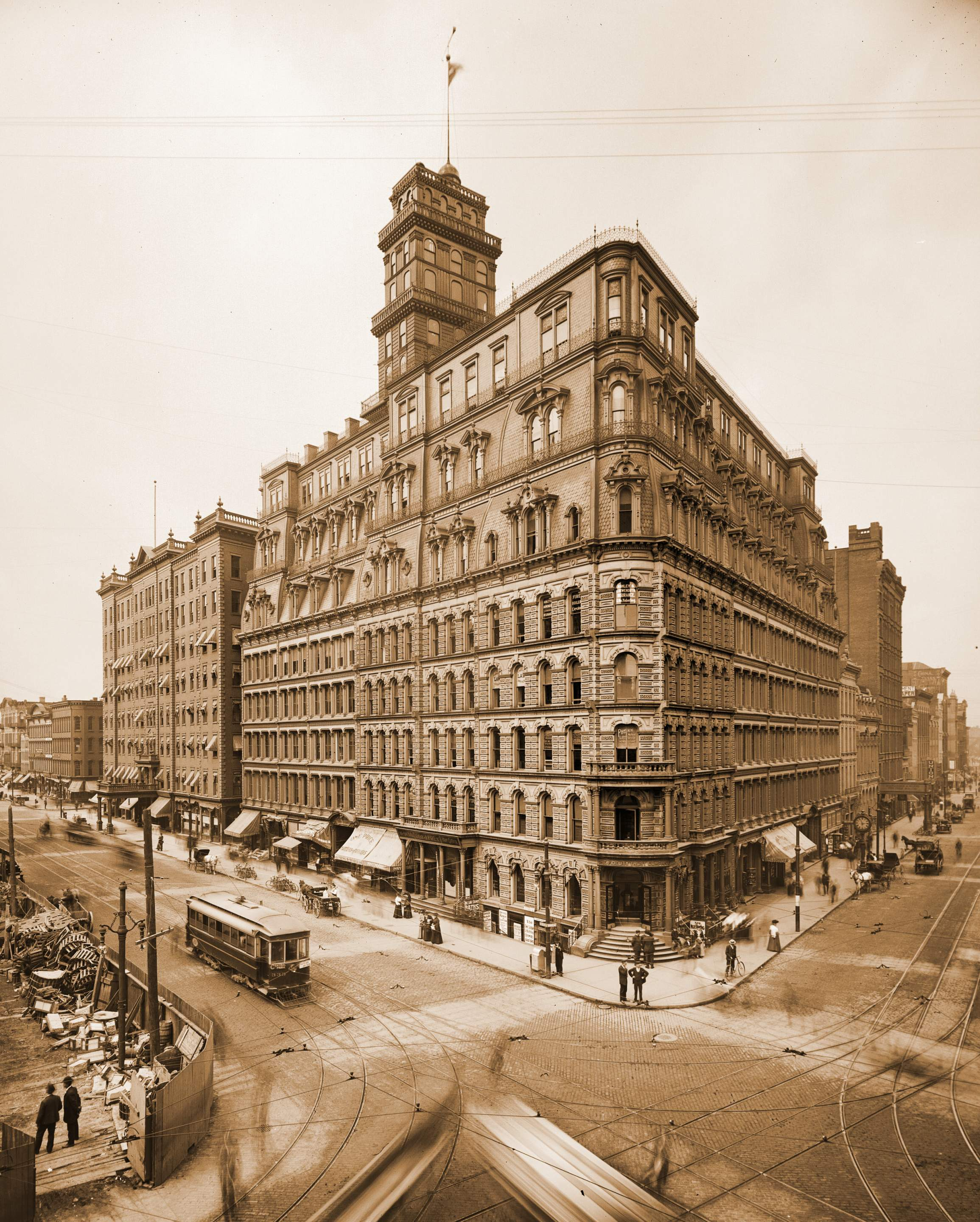 The Powers Building in 1904. The Powers Hotel is visible to the left behind the building.