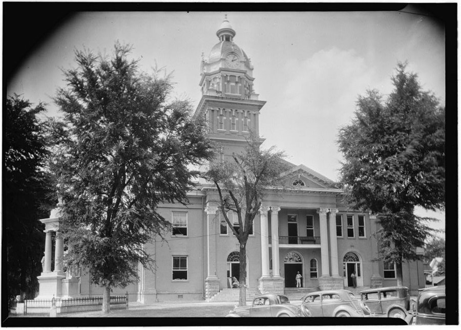An image of the courthouse taken in 1933