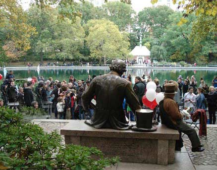 A picture of the Hans Christian Andersen Statue from behind.