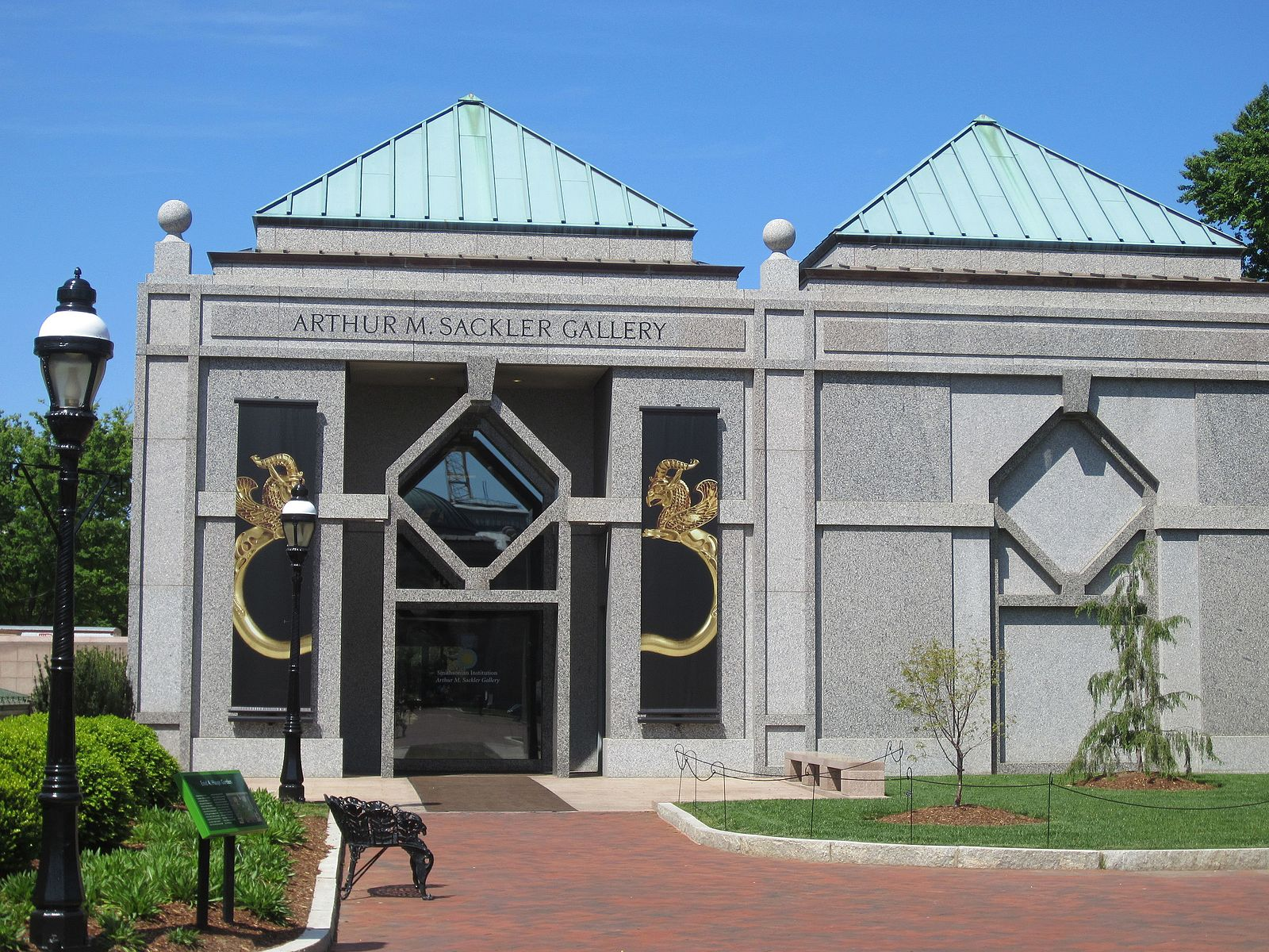 The Sackler Gallery's architecture reflects geometric patterns often found in Islamic art. Courtesy of Wikimedia Commons.