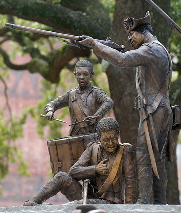 The monument depicts six Haitian soldiers defending the city from the British.