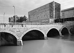Main Street Bridge overlooking the Genesee River in 1987 (http://memory.loc.gov/pnp/habshaer/ny/ny1500/ny1560/photos/117418pv.jpg).