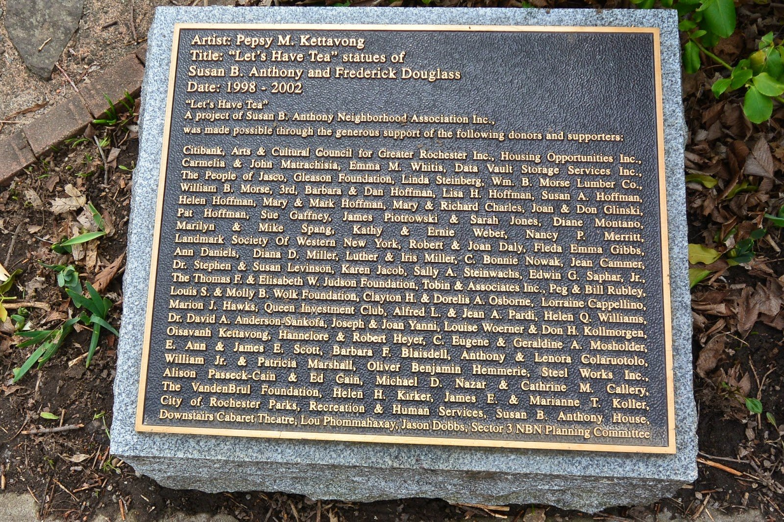 The plaque honoring the people who made the statue possible.  Picture by Tom the Backroads Traveler.