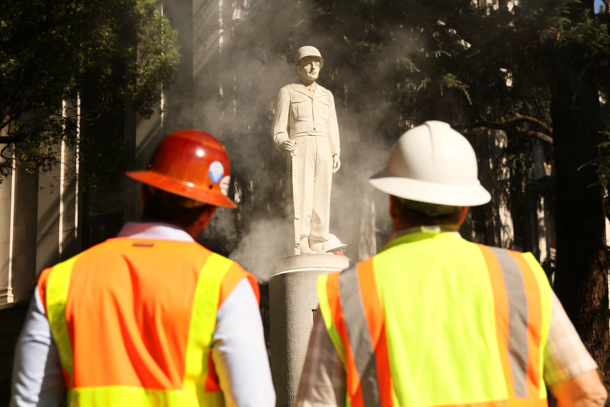Workers prepare to remove the statue in September 2016 (official Facebook page).