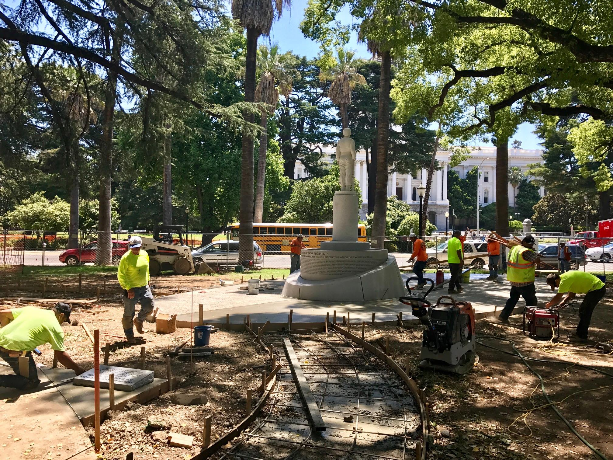 Workers landscape around the new plaza after the statue's reinstallation (official Facebook page).