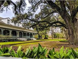 This antebellum plantation offers overnight accommodations and tours.