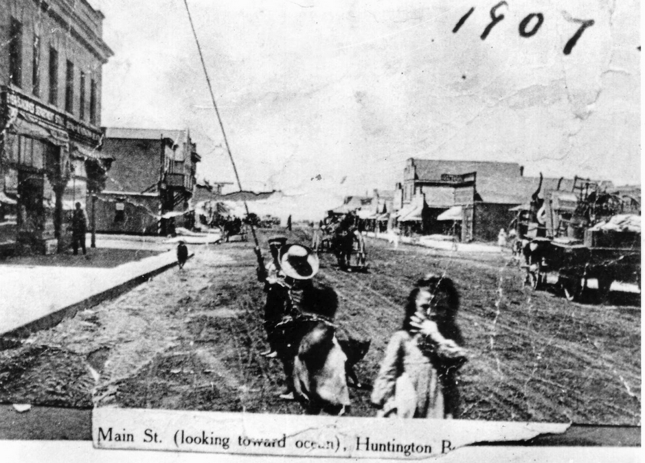 Main Street in 1907. Pacific City Hall can be seen at left, midway down street. Source: City of Huntington Beach archives.