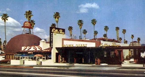 A postcard of the Brown Derby on Wilshire in 1952.