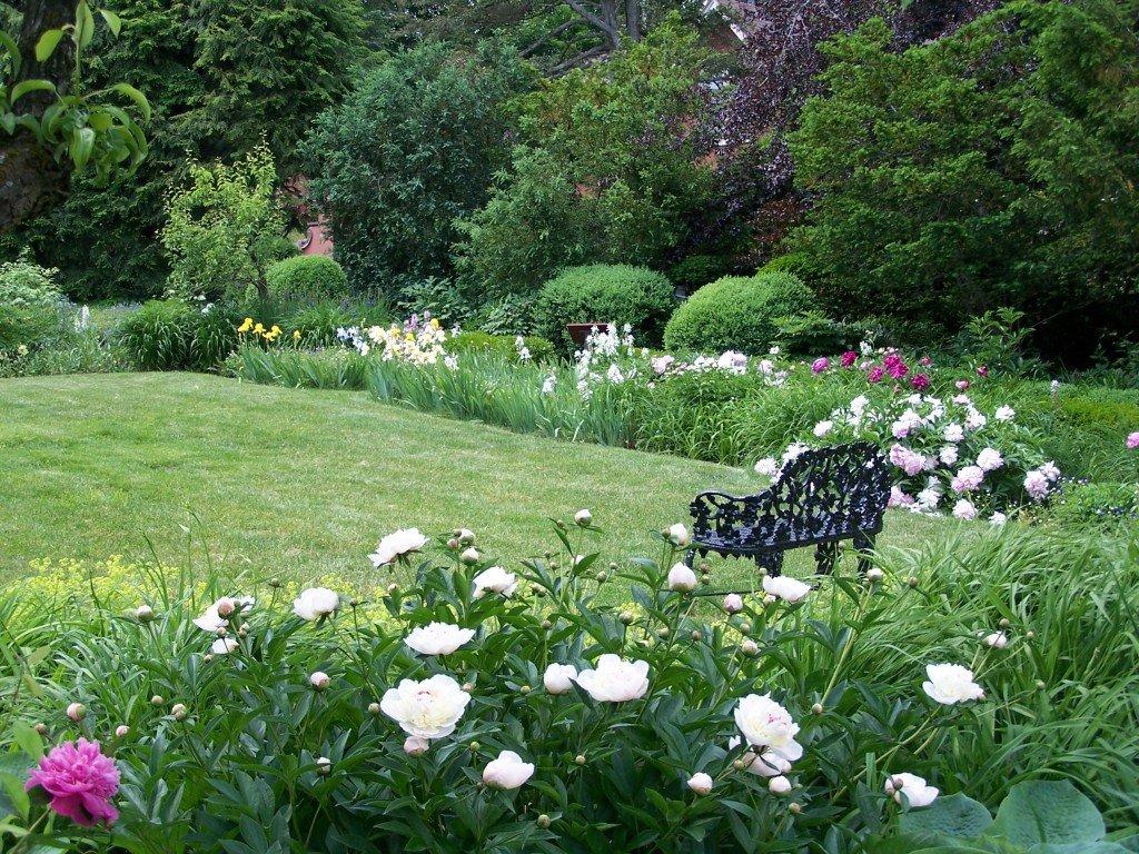Image of Ellwanger Garden from Peony Weekend 2014. Image source: (3).