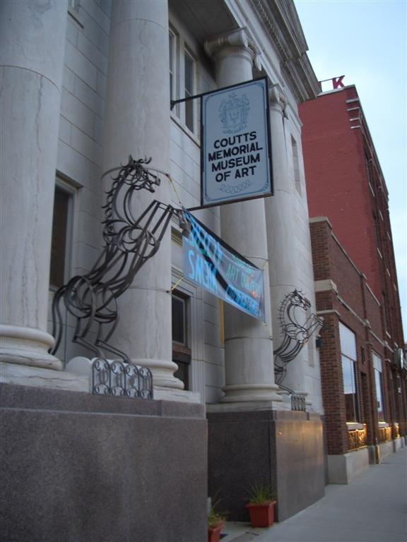 Metal horse sculptures in front of the museum. Credit: Mapio.net