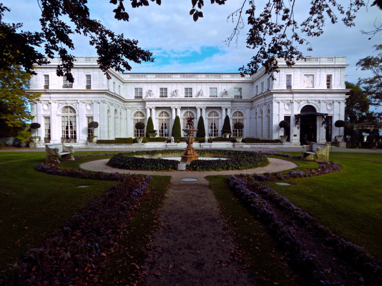 Exterior of Rosecliff Mansion (Photo courtesy of the Gilded Butler)