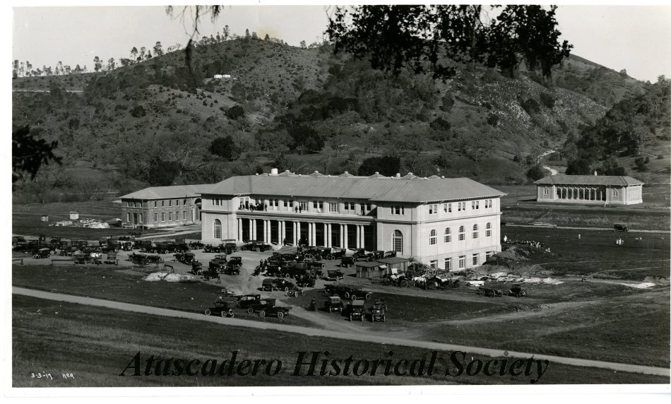 B&W photo showing the La Plaza (Atascadero Inn) with a large group of people seated at tables in front and standing on the balcony. Ca 1917