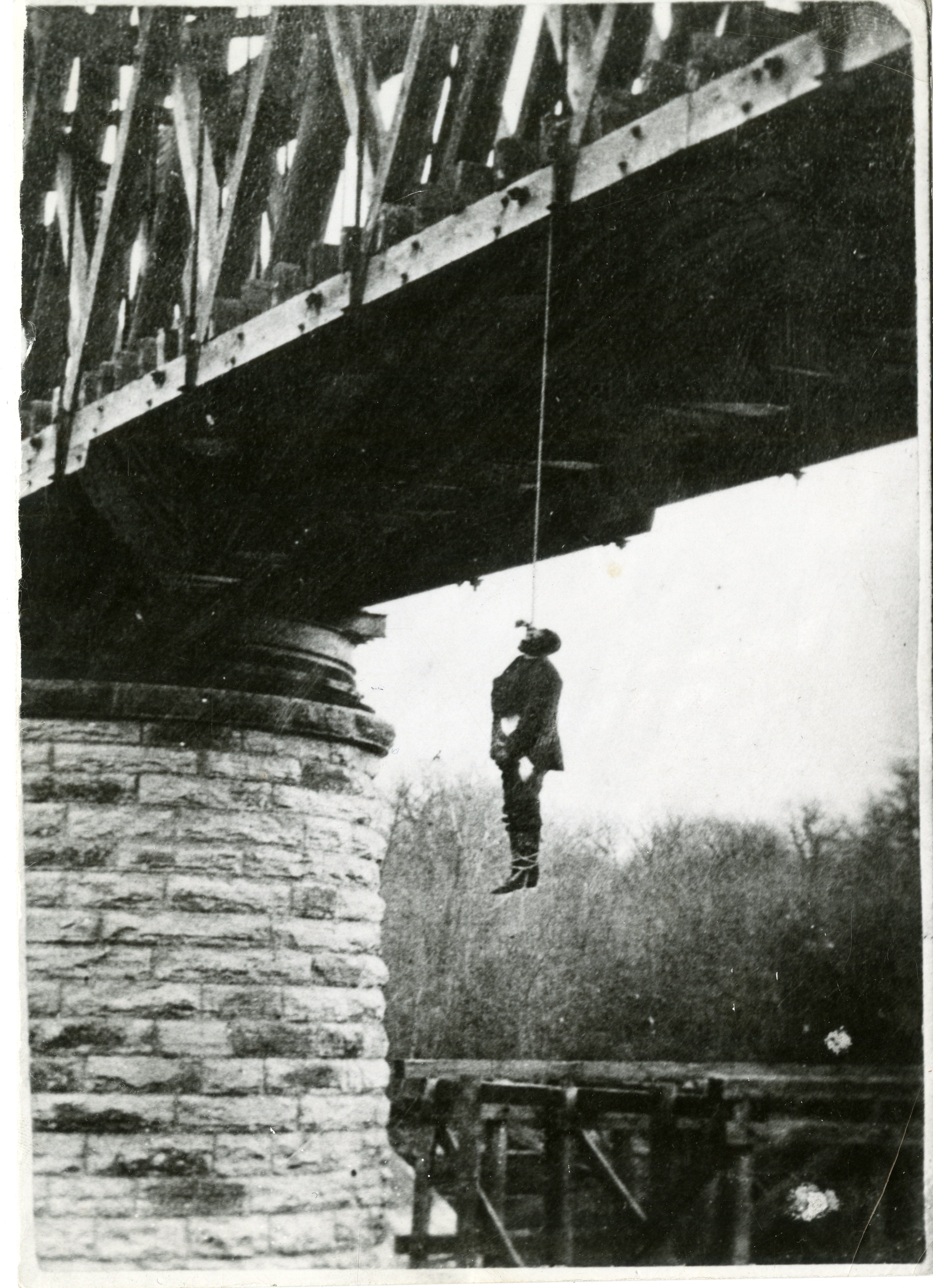 The Daily Herald (Grand Forks, Dakota Territory) photograph of Charles Thurber hanging from the railroad bridge on October 25, 1882.