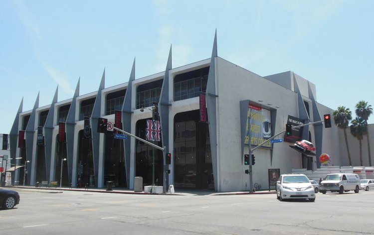 The museum is located in a former department store built in 1962. The building retained this appearance until 2015.