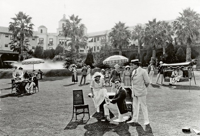 Silent film stars Mary Pickford and Harold Lloyd at the Beverly Hills Hotel, 1921