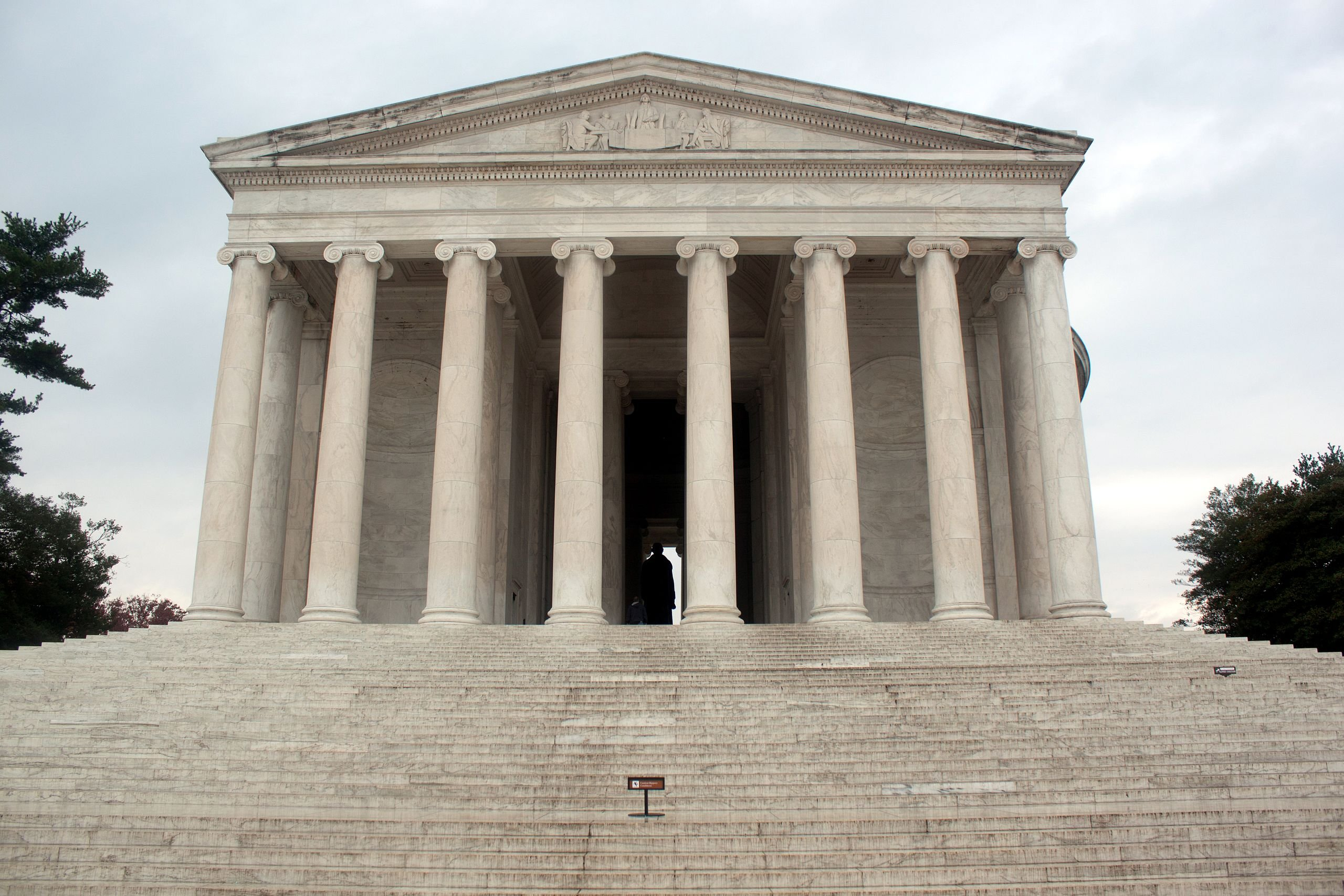 The front portico of the Jefferson Memorial, featuring sculptures of Benjamin Franklin, John Adams, Thomas Jefferson, Roger Sherman, and Robert Livingston on the triangular pediment. Wikimedia Commons.