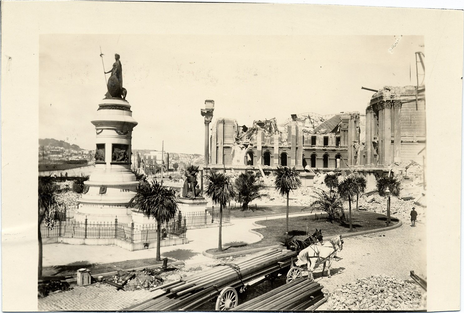 [Pioneer Monument and ruins of City Hall, 1906]. Photo ID# AAA-4776. SAN FRANCISCO HISTORY CENTER, SAN FRANCISCO PUBLIC LIBRARY.