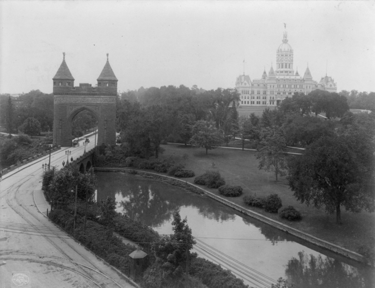 A 1906 photo of the Memorial Arch alongside the State Capitol which lies adjacent to the park.