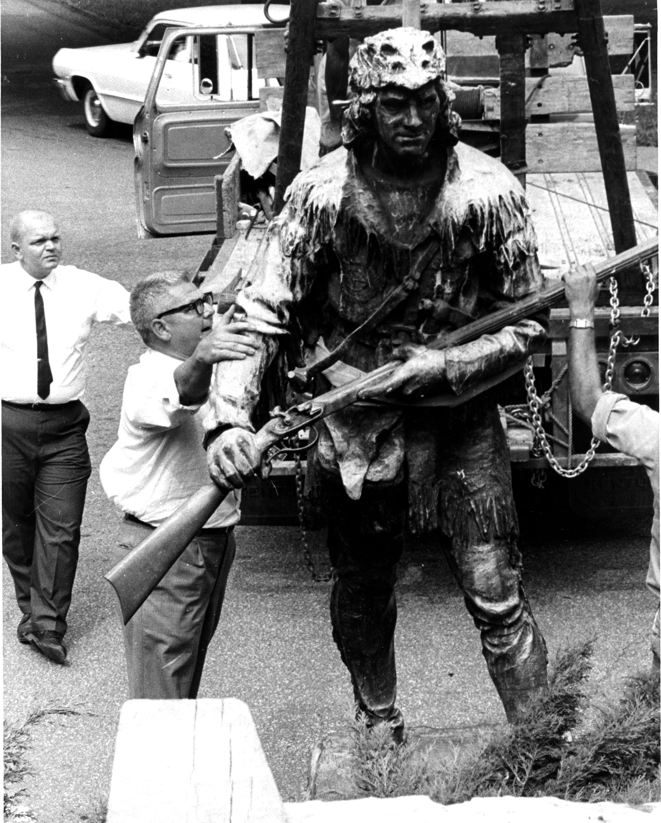 Daniel Boone statue being installed, 1967. EKU Photo Collection.
