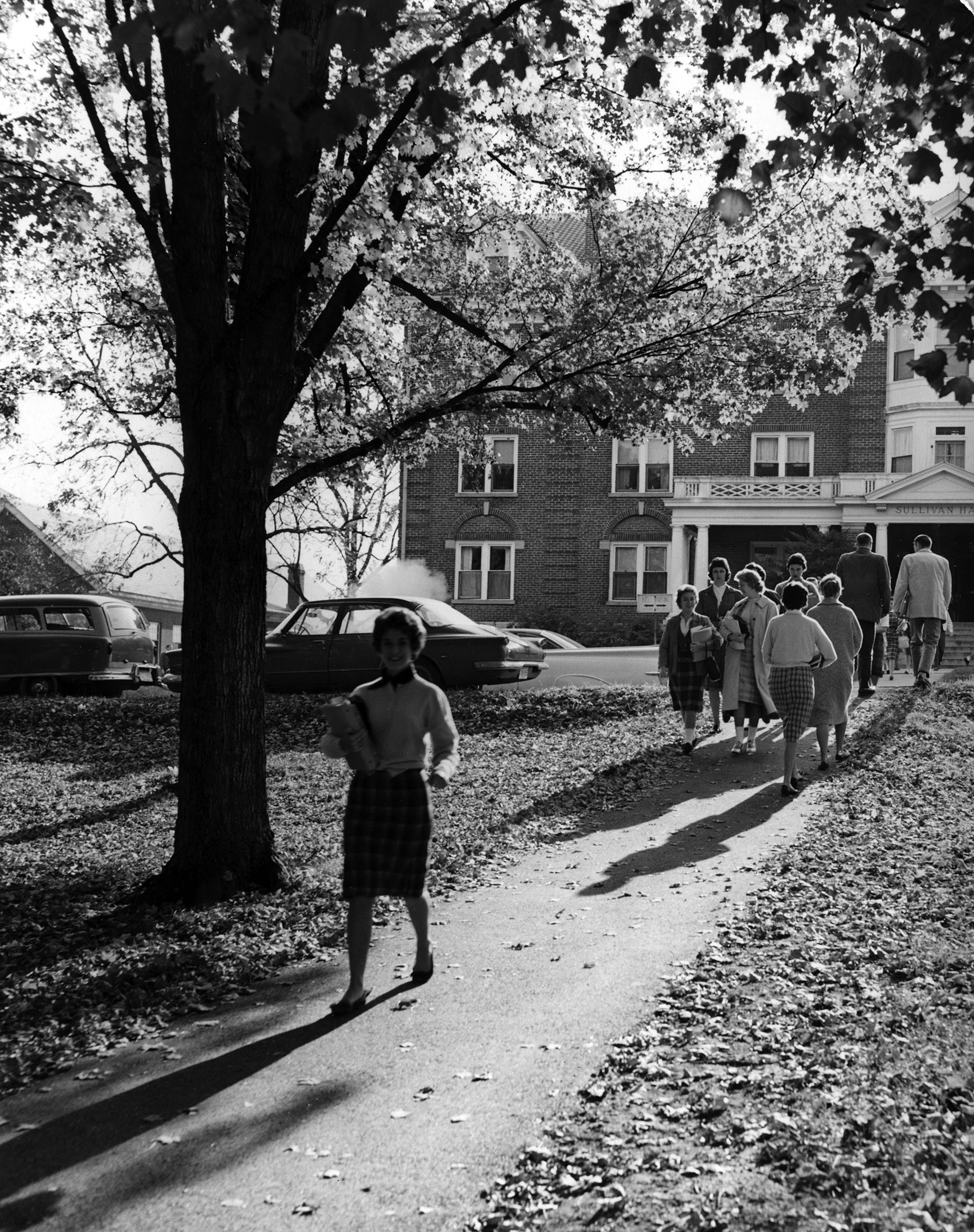 Students outside Sullivan Hall, 1963.  EKU Photo Collection.