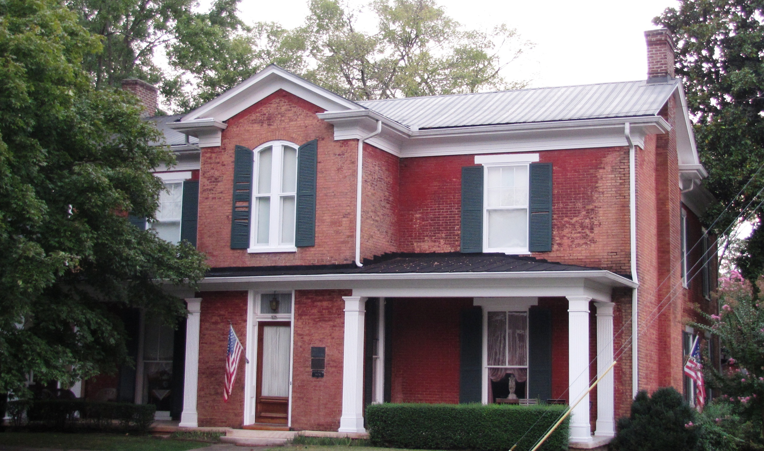 Built in 1847, the Childress-Ray House displays elements of Greek Revival, Italianate, and Colonial Revival style architecture. Image obtained from Wikimedia.