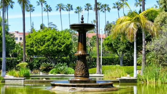 The fountain at the Will Rogers Memorial Park with the Beverly Hills Hotel can be seen in the background