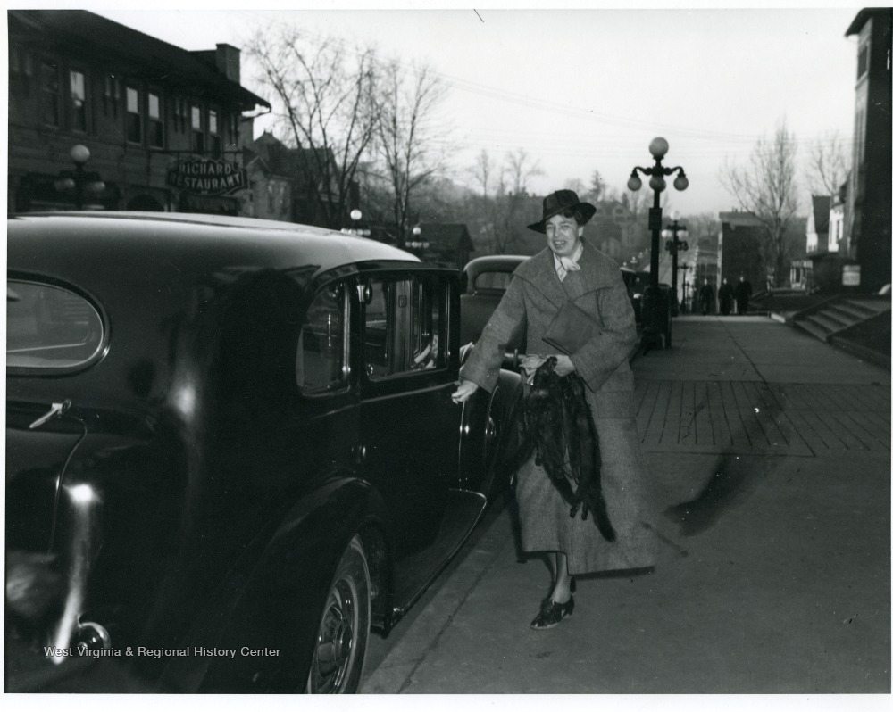 Eleanor Roosevelt in front of the hotel, 1934