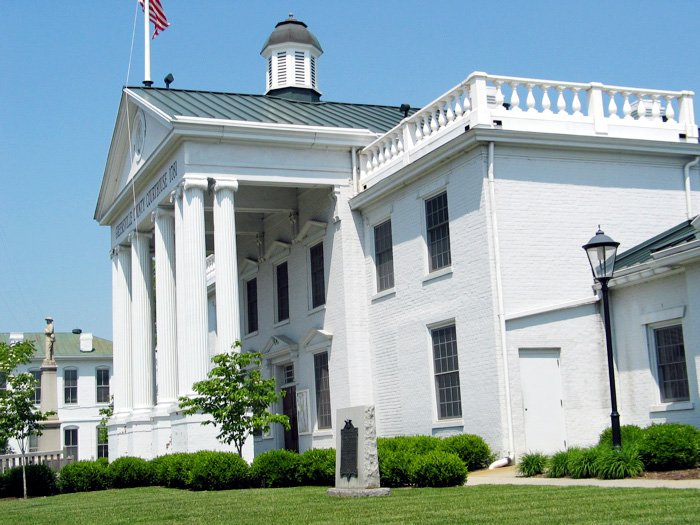 The courthouse was remodeled in the early 20th century to create an appearance similar to antebellum Southern courthouses.