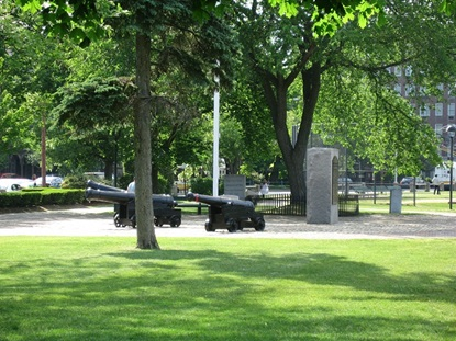 Adjacent to Garden St., there is a cluster of three British-made cannons. They were placed in the park in 1875 and 1876 as a way to commemorate the centennial of the American Revolution. Source: City of Cambridge website (public domain)