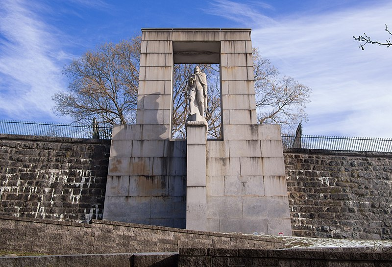 Roger Williams statue and final burial site in Prospect Terrace in Providence, Rhode Island, 2017 Photo by Rhododendrites (Wikimedia Commons)