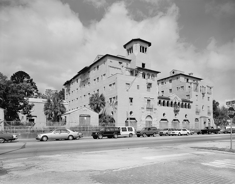 The El Verona Hotel as it appeared sometime before it was torn down to make way for the Ritz-Carlton.