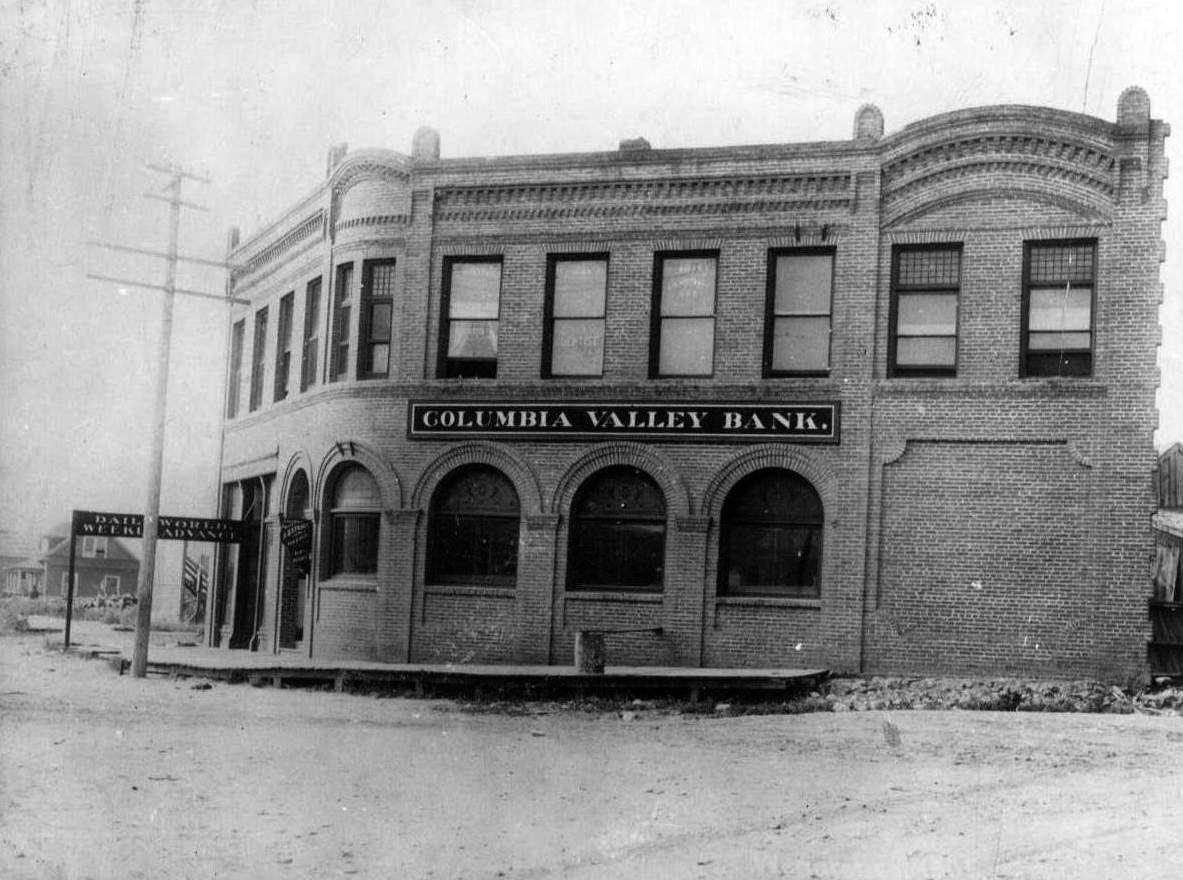 The second home of Columbia Valley Bank on the southwest corner of Orondo Street and Wenatchee Avenue.