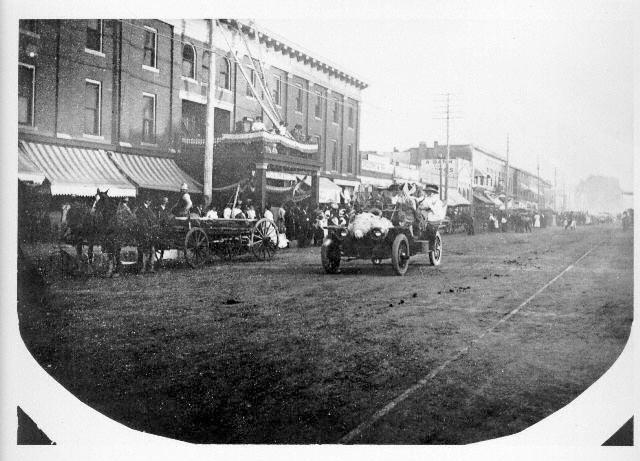 North College (1907). While Town Pump may not have opened quite yet, we can see that this section of town was a popular transportation hub for horse carriages.
