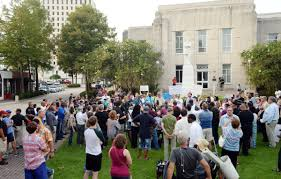 This is a image of a rally that was held to try to show the urgency to get the statue removed in 2016. These are supporters for and against having the statue or go. There are many people that still believe in the lost cause and this puts an effect on how the statue is viewed within the eyes of people.