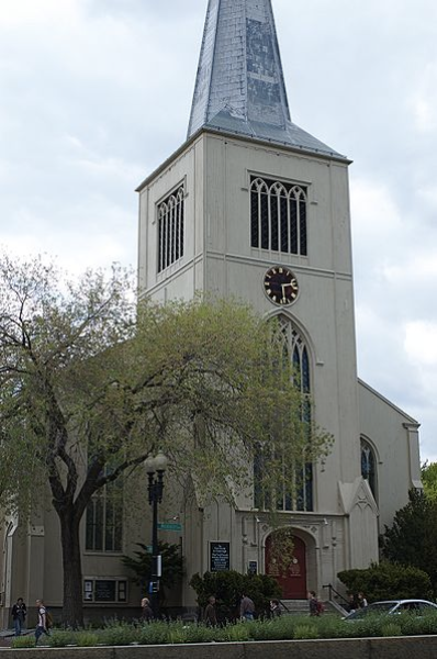 This image shows the contemporary facade of First Parish Cambridge, which faces Massachusetts Avenue and Harvard Yard. Photo courtesy Tim Pierce, Wikimedia Commons. https://commons.wikimedia.org/wiki/File:First_Parish_Cambridge_MA.jpg