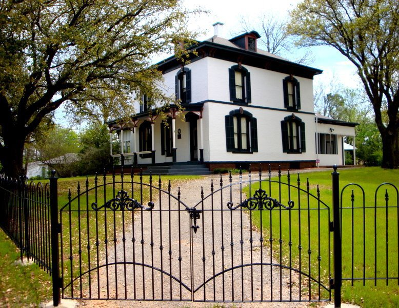 Today, the Vinita Home is located across the street from the Heritage Educational Center, where you can see wine-related memorabilia and attend classes.