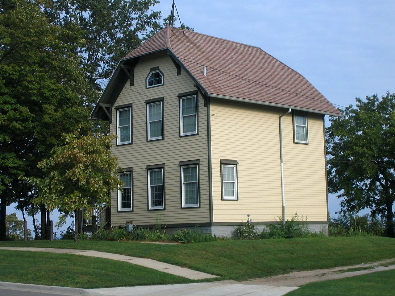 The lightkeeper's residence was built in 1872 and is now the Marialyce Canonie Great Lakes Research Library, which is operated by the Michigan Maritime Museum.