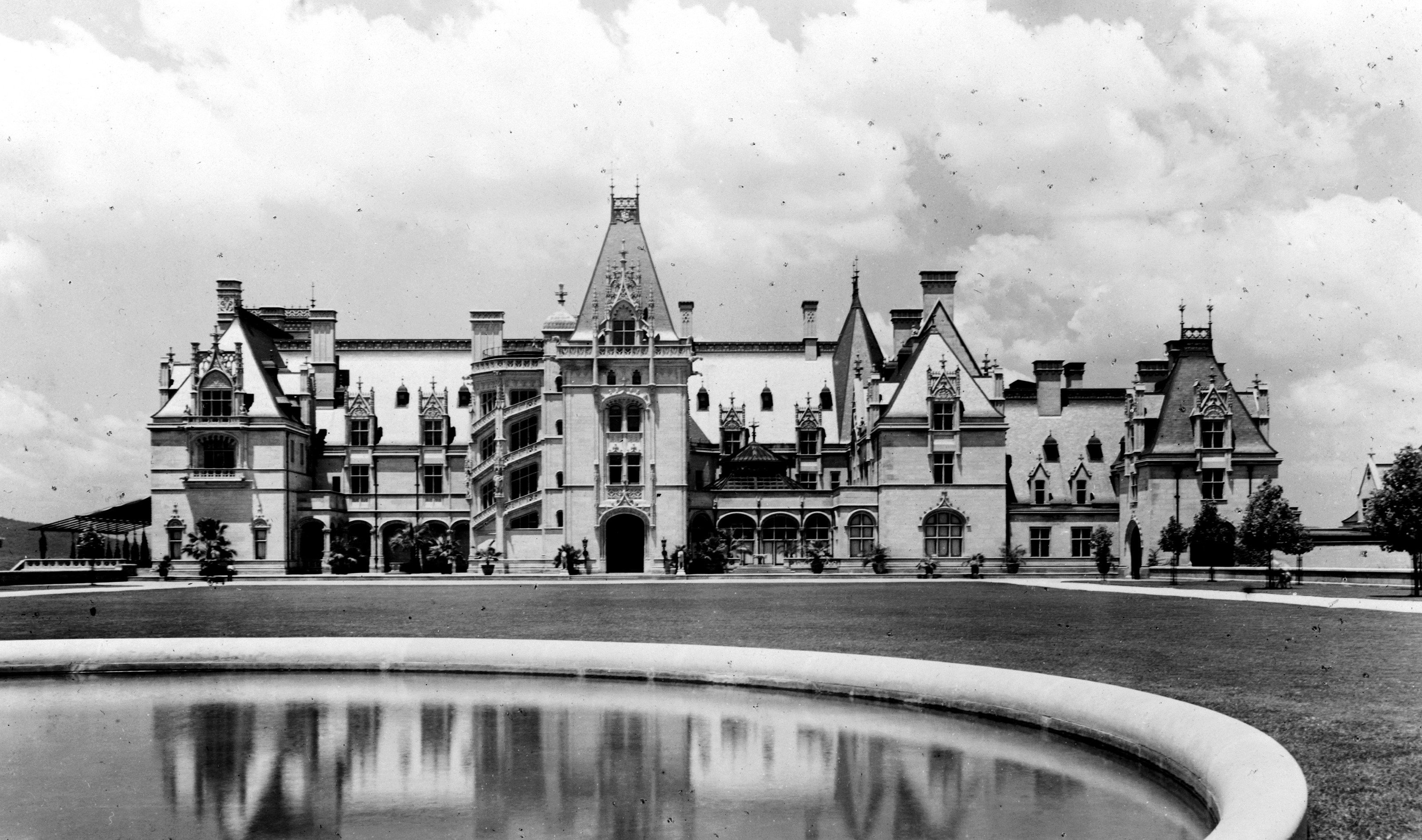 Biltmore in 1900, photograph from the Library of Congress.