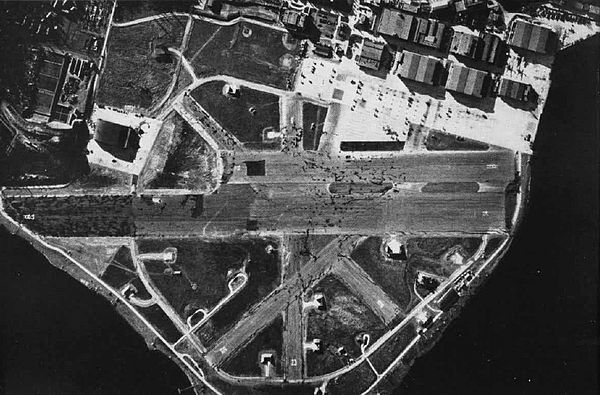 Aerial photograph of Naval Air Station Seattle in the 1940s.