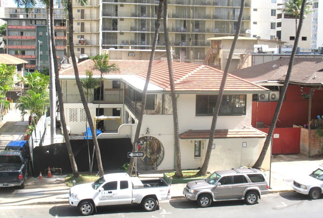 Cooper Apartments in Waikiki (Honolulu) -- view of the courtyard and moon gate.