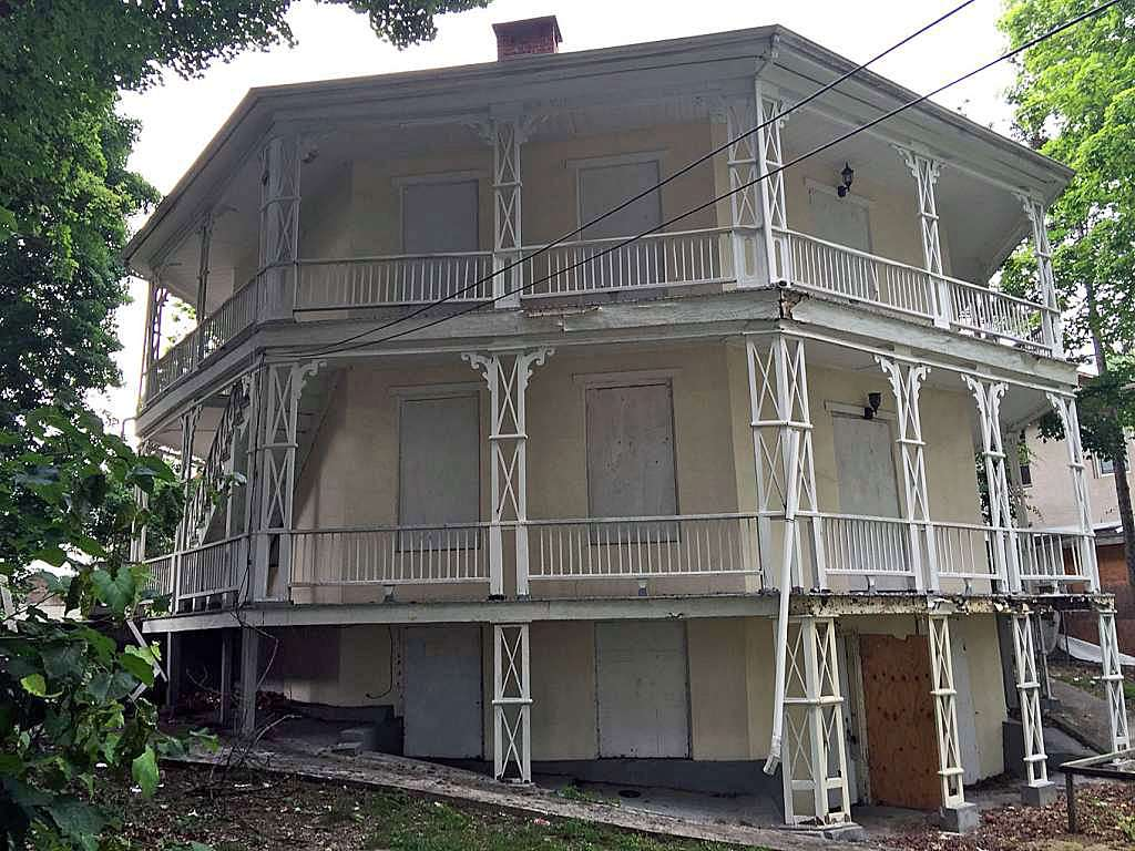 The Octagon House was built around 1852 by Daniel Starr.
