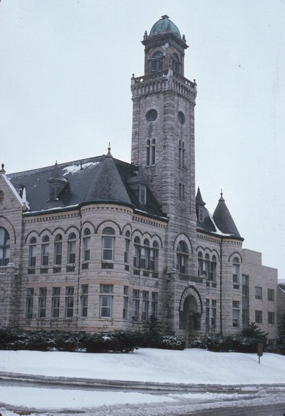 Milwaukee architects Rau & Kirsch designed the Richardson Romanesque building. A 130-foot tower was topped by a seven-foot clock and a statue of Justicia, goddess of justice. The statue now dominates the Museum's second floor.