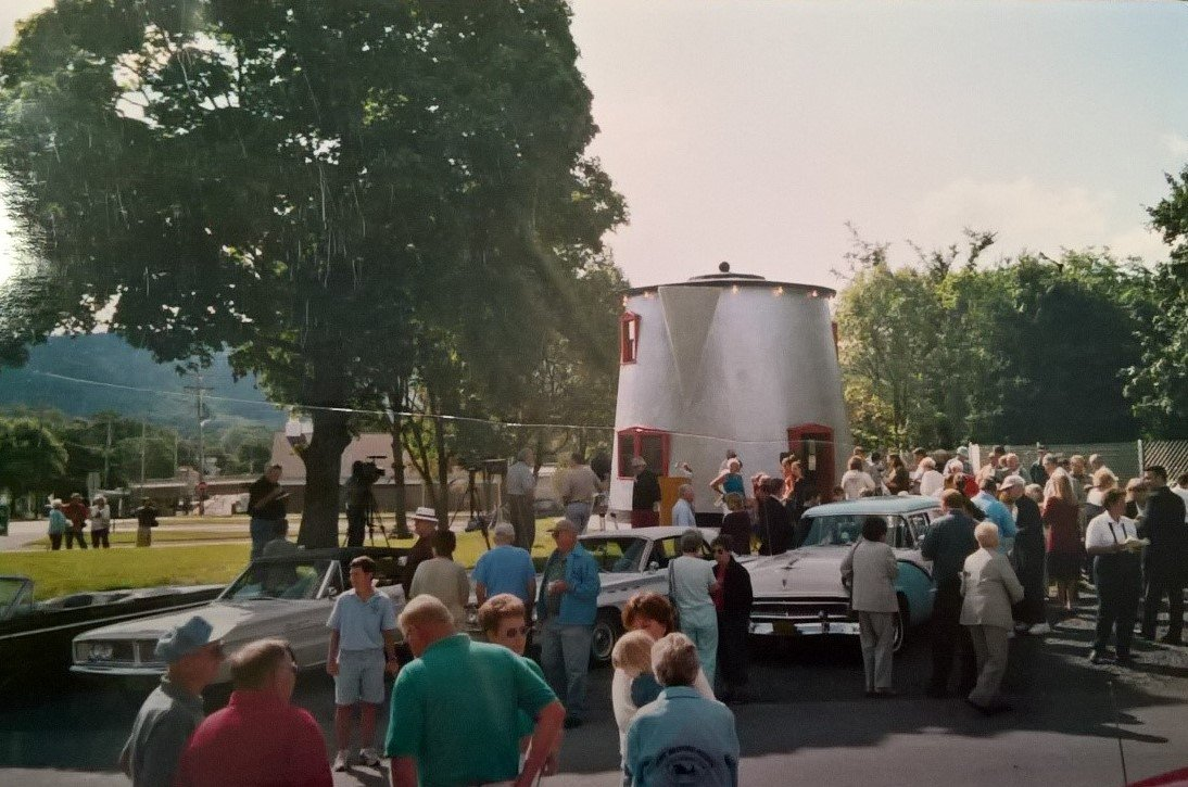 The Coffee Pot, built in 1927, brought many travelers to Bedford, PA (Lincoln Highway Heritage Corridor Archives).